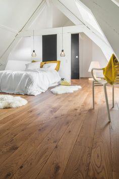 bedroom flooring Poser du parquet chez s - Bedroom Loft, Home Bedroom, Bedroom Decor, Bedroom Ideas, Master Bedroom, Bedrooms, Pose Parquet, Parquet Pvc, House Siding