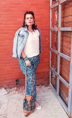 JuJu Voando no Cotidiano: Look da Ju - Calça Estampada com Blusinha Branca