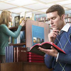 Hombre leyendo la Biblia en una librería