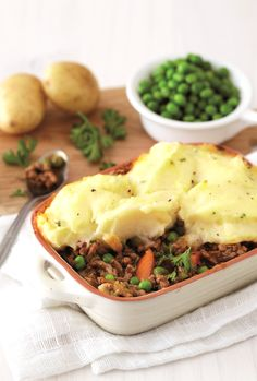 Easy to make and great to taste, this traditional cottage pie makes a wholesome meal for the family. Pasta Recipes, Cooking Recipes, Cottage Pie, My Cookbook, Tart, Traditional, Baking, Dinner, Ethnic Recipes