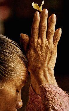 ☆ Woman Praying in Bali :→: Photographer Edmund Lowe ☆