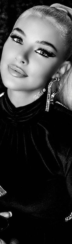 𝐉 𝐄 𝐀 𝐍 ⚡️ 𝐖 𝐀 𝐓 𝐓 𝐒 Black White Fashion, Black And White, Jean Watts, Christmas Star, New Trends, Pretty Woman, Nest, Fashion Photography, Boutique