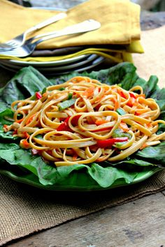 The noodles in this delicious Asian Noodle Salad make it hardy, so much so it could be eaten as a meatless meal, add grilled meat and make it a satisfying dinner. Rice Salad, Noodle Salad, Soup And Salad, Ramen Noodle, Noodle Bowls, Tuna Salad, Pasta Salad Recipes, Healthy Salad Recipes, Noodle Recipes