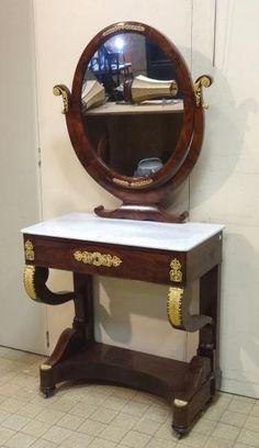 COIFFEUSE en acajou et placage d'acajou à miroir basculant, plateau de marbre [...], Belle Vente Mobilière (Orléans) à Pousse Cornet - Valoir | Auction.fr
