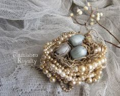 10 DIY Faux Bird Nests - Perlenhalskette-Faux-Vogelnest-getrübtroyalty-com - . - 10 DIY Faux Bird Nests – Perlenhalskette-Faux-Vogelnest-getrübtroyalty-com – - Vintage Jewelry Crafts, Jewelry Art, Handmade Jewelry, Jewelry Ideas, Women Jewelry, Jewelry Shop, Fine Jewelry, Fashion Jewelry, Look Vintage