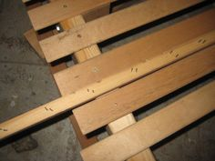 Afstandstykke mellem lameller / piece of wood to mark the distance between the bed slats Pool Furniture, Pallet Furniture, Bed Slats, Shadow Box, Scrap, Texture, Wood, Crafts, Distance