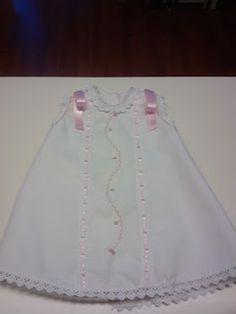 Vestidos confeccionados y bordados a mano.
