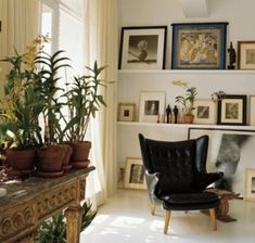Collection of artworks on gallery shelves // Vicente Wolf-NYC loft-Elle Decor-May 2002 My Living Room, Living Room Decor, Living Spaces, Cozy Living, City Bedroom, Picture Shelves, Picture Wall, Interior Decorating, Interior Design