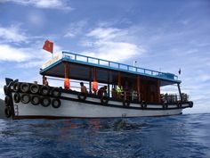 Sơn tàu biển phủ màu epoxy hai thành phần. Bảo vệ bền vững màu sắc bám dính chặt trong môi trường biển.  http://sonbenzo.com/son-tau-bien/son-tau-bien-phu-epoxy