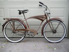 The lines on this thing make me feel all warm and fuzzy inside- look at that tank and chain guard! 1949 Schwinn bicycle- this is classic cruiser perfection. Velo Retro, Retro Bicycle, Old Bicycle, Old Bikes, Bicycle Art, Velo Beach Cruiser, Cruiser Bicycle, Beach Cruisers, Bicycle Sidecar