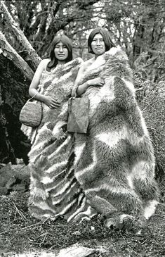 Indigenous women, Tierra del Fuego, Argentina, By Alberto María de Agostini. Native American Photos, Native American Women, Human Zoo, We Are The World, First Nations, World Cultures, People Around The World, Old Photos, South America