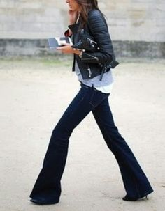 Heels + mörka Bootcut jeans + ljusblå tröja + mc, skinnjacka