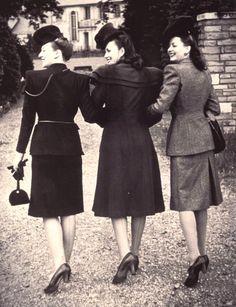 Pour économiser le tissu, il y avait aussi les faux tailleurs: une simple robe, mais le devant représentant une veste de tailleur.