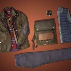 """BARBOUR ist eine Ikone, wenn es um wetterfeste gewachste Jacken geht. Die britische Traditionsmarke führt robuste Klassiker, die Wind und Wetter trotzen und mit denen man zeitlos gut gekleidet ist. Das Label gilt als Synonym für den """"Countryside Look"""" und unterstreicht das mit einer Vielzahl an sinnvollen Outdoor-Details wie Windblenden und Umlegekragen mit Sturmriegel. Das ist spürbar beste Qualität, die nach wie vor in England produziert wird."""