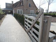 Houten poort bij landelijke tuin, tuinaanleg door hoveniersbedrijf Martin Buijtels