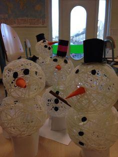 Sneeuwpop  Blaas een ballon klein op. Haal de wol door de lijm (behangplaksel of glutofix) en bind deze om de ballon. Vóór het lekprikken van de ballon eerst voorzichtig losmaken van het touw (zachtjes drukken op de ballon, dan laten de touwtjes los) Daarna versieren: