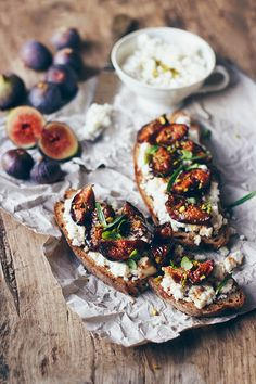 Roasted Figs Tartines with Almond Cottage Cheese (looks/sounds delicious! Roasted Figs, Breakfast Photography, Cooking Recipes, Healthy Recipes, Cooking Food, Cooking Ideas, Healthy Food, Bruschetta, Appetizer Recipes