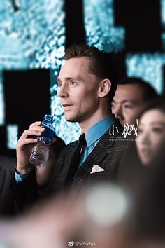 Tom Hiddleston attends the press conference/premiere of Kong: Skull Island in Beijing, China on March 16 2017. Source: http://tw.weibo.com/1553215042/4087112640996542 Higher resolution image: http://ww4.sinaimg.cn/large/5c942e42gy1fdsfgfpzjyj20rs15o7kq.jpg