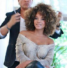 Aparecida Petrowky - Brasilianische Schauspielerin mit Afro-Frisur