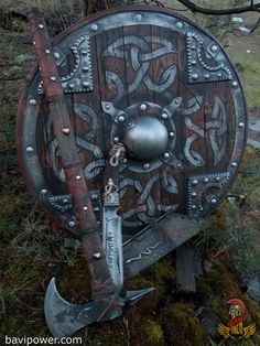 Viking Axe: The constant companion of the Vikings The Viking axe was affordable for nearly the whole community of the Vikings. Even the poor Viking men could get himself an axe. This was because the axe didn't take much time and effort to create it. Viking Shield, Viking Sword, Viking Axe, Viking Warrior, Fantasy Armor, Fantasy Weapons, Espada Viking, Norse Pagan, Battle Axe