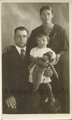 Familia con niño y la muñeca foto juguete antiguo