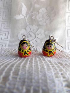Matriochkas :boucles oreilles percées poupée russe fimo rouge et bleue : Boucles d'oreille par mamiechantal-screations