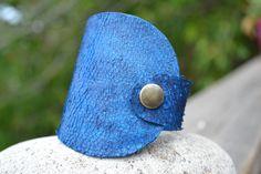 Manchette en cuir de thon MT03 rouge ou bleue