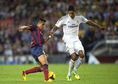 GRA336. BARCELONA, 26/10/2013.- El delantero chileno del F.C. Barcelona Alexis Sánchez (i) con el balón ante el defensa francés del Real Mad...