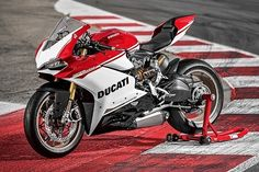 今年で創業90周年を迎えたイタリアのオートバイメーカー、ドゥカティ。同社はこれを記念して、特別限定モデル「1299 パニガーレS アニベルサリオ」を発表した。ドゥカティのラインアップで最もパワフルなオートバイをベースにしたこのスペシャル・エディションには、数多くの印象的なアップグレードが施されている。カラ