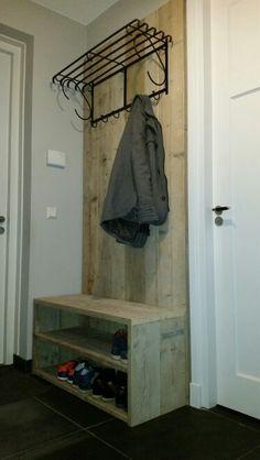 Zelf een kapstok gemaakt van steigerhout met een bankje / opbergrek voor 10 paar schoenen.