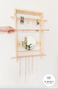 DIY : 24 idées malignes pour ranger ses bijoux Arts And Crafts, Diy Crafts, Jewellery Storage, Decoration, Decorating Your Home, Ladder Decor, Oriental, Simple, Ranger
