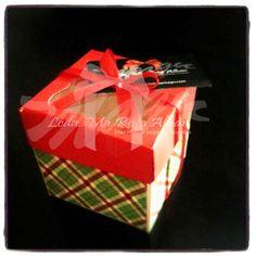Caja para 1 cupcake Modelo : cubo 10 Materiales : cartulina, cinta.