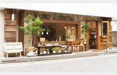 ウッディな外観が印象的な「KURO ENPITSU」はオーダーメイドの家具も頼める本格的な家具屋さん。