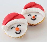 Met dit recept betover je stap voor stap je cupcakes om tot vrolijke sneeuwpoppen.