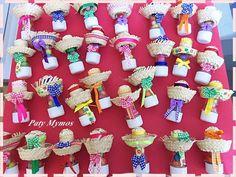 Tubete com balas de amendoim, decorados com fitas e chapéu de palha. Cada tubete vai num saquinho de celofane e fita. R$ 4,50