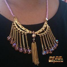 colar com franjas, cristais em dourado