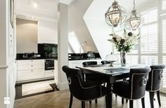 With this glamorous interior design as inspiration, creating a more matured look for your home has never been easier! Check out this gorgeous apartment! Black And White Interior, White Interior Design, Apartment Interior Design, Luxury Interior, Interior Ideas, American Interior, Cozy Kitchen, Queen, Kitchen Design