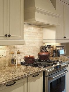 Beige, brown and gray travertine kitchen tile backsplash ideas with kitchen cabinets and countertops. Travertine backsplash tile photos and projects. Quinta Interior, Travertine Backsplash, Subway Backsplash, Backsplash Design, Tile Design, Subway Tiles, Kitchen Backsplash White Cabinets, Backsplashes With White Cabinets, Travertine