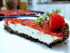 Cheesecake de morango, ruibarbo e manjericão lima