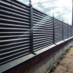 Забор жалюзи смонтирован и теперь будет радовать своих хозяев! #жестянаямастерская #прадах #кровельныематериалы #металлочерепица #брест #заборжалюзи #забор
