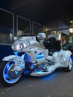 Goldwing lighting white trike Custom Trikes, Custom Motorcycles, Cars And Motorcycles, Goldwing Trike, Motos Harley, Trike Motorcycle, Scooter Scooter, Harley Davidson Trike, Futuristic Motorcycle