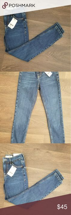 Topshop NWT Jamie Ankle Me to Jeans NWT! Topshop Moto Jamie High Waist Ankle Grazer Jeans. Size is W25 L28 Petite. They do have a lot of stretch, however my lay flat waist measurements were closer to just under 23.5. Great for a much slimmer person than myself 😉 Topshop Jeans Ankle & Cropped