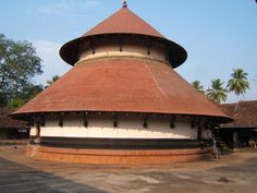 The Thirumoozhikkalam Temple is one of the 108 Divya Desams of Lord Vishnu located in Eranakulam District. It is located about 30kms North West of Ernakulam Railway Station. The temple dates back to the Ramayana period and is dedicated to Lakshmana. This is one of the 108 sacred shrines of Lord Vishnu where Lakshmana and Bharatha are worshiped together. It is said that Lakshmana built the Tower and Mandaps of the temple. Kerala Architecture, Sanctum Sanctorum, Mud House, Lord Vishnu, Hindu Temple, Place Of Worship, Traditional House, North West, Craftsman
