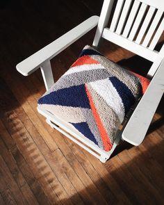 On passerait bien le reste de sa journée sur cette chaise au soleil avec un bon bouquin - Who would rather be spending the day on this chair with a book and sunshine? #slowlife
