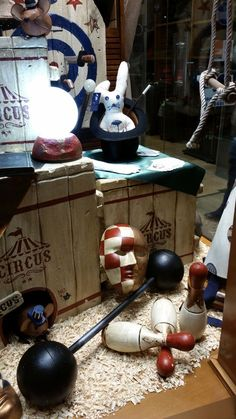 "Escaparate de Sombrerería Albiñana. Un ""Circo de Sombreros"" Table Decorations, Halloween, Furniture, Home Decor, World, Shop Displays, Sombreros, Tents, Decoration Home"