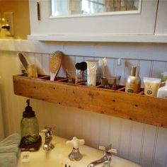 Easy diy pallet wood project to get more space in a small bathroom #organizationhacks #bathroomideas #organizationideasforthehome #gettingorganized #palletprojects