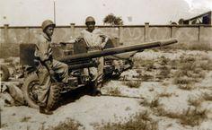 Dois pracinhas com um canhão anticarro calibre 57 mm usado pelo 11º RI. A foto fazia parte da coleção particular de Nalvo.