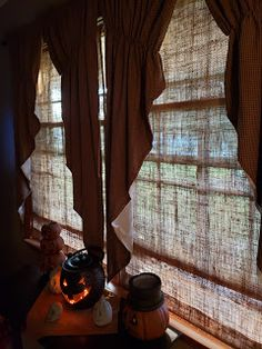 Gettysburg Homestead: Burlap Shade Tutorial Front Windows, Big Windows, Primitive Curtains, Kinds Of Shapes, Prim Decor, Old Things, Things To Sell, Farmhouse Homes, Gettysburg