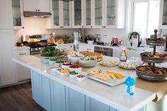 Hosting a house warming party soon? Here's how to meal plan, clean, and prep food for your own stress free house warming party! party food How to Host a Stress Free Housewarming Party Housewarming Party Themes, Housewarming Food, Housewarming Invitations, Party Invitations, Party Drinks, Party Snacks, Party Appetizers, Open House Parties, Up House