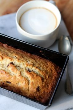 Bananenbrood, of eigenlijk bananencake: altijd goed. Het allerlekkerst met hele rijpe bananen, die je supermakkelijk fijnprakt.